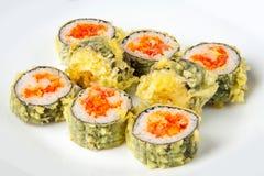 Rollo de sushi con el atún y los salmones del tempura Imágenes de archivo libres de regalías