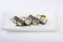 Rollo de sushi con el camarón, semillas de sésamo del queso de Philadelphia Imagen de archivo libre de regalías