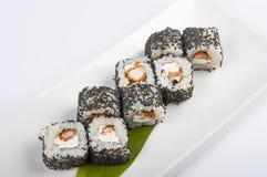 Rollo de sushi con el camarón, semillas de sésamo del queso de Philadelphia Foto de archivo