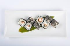 Rollo de sushi con el camarón, semillas de sésamo del queso de Philadelphia Foto de archivo libre de regalías