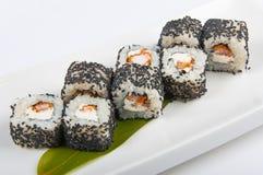 Rollo de sushi con el camarón, semillas de sésamo del queso de Philadelphia Fotografía de archivo libre de regalías