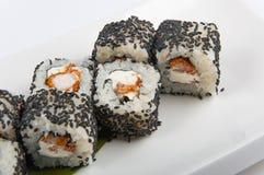 Rollo de sushi con el camarón, semillas de sésamo del queso de Philadelphia Imágenes de archivo libres de regalías