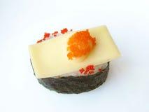 Rollo de sushi con las huevas del pez volador del queso y del desmoche Foto de archivo