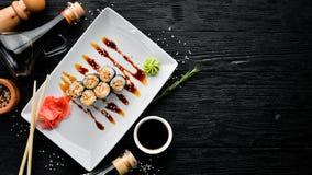 Rollo de sushi con las semillas de la anguila y de sésamo de los pescados Plato tradicional chino foto de archivo