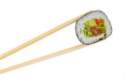 Rollo de sushi con los palillos aislados Imagen de archivo libre de regalías
