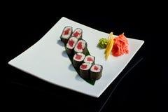 Rollo de sushi con los pescados de atún frescos Fotos de archivo libres de regalías