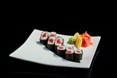 Rollo de sushi con los pescados de atún frescos Imagenes de archivo