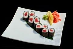 Rollo de sushi con los pescados de atún frescos Fotos de archivo