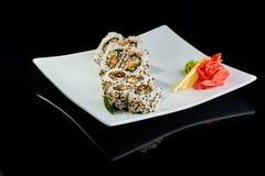 Rollo de sushi con los pescados de la anguila de la especia Imagen de archivo