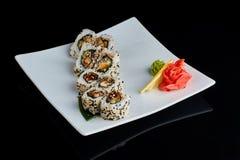 Rollo de sushi con los pescados de la anguila de la especia Imágenes de archivo libres de regalías