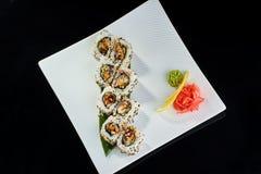 Rollo de sushi con los pescados picantes de la anguila Imagen de archivo libre de regalías