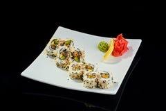 Rollo de sushi con los pescados picantes de la anguila con el queso parmesano Fotos de archivo libres de regalías