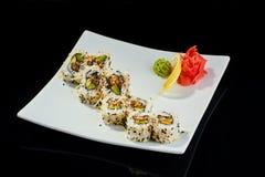 Rollo de sushi con los pescados picantes de la anguila con el queso parmesano Imagenes de archivo