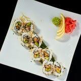 Rollo de sushi con los pescados picantes de la anguila con el queso parmesano Fotos de archivo