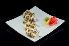 Rollo de sushi con los pescados picantes de la anguila con el queso parmesano Imágenes de archivo libres de regalías