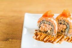 Rollo de sushi con los salmones Foto de archivo libre de regalías