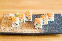 Rollo de sushi con los salmones Fotografía de archivo libre de regalías