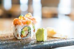 Rollo de sushi con los salmones Imagen de archivo libre de regalías