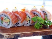 Rollo de sushi con los salmones Imagen de archivo