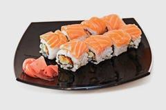 Rollo de sushi con los salmones Imagenes de archivo