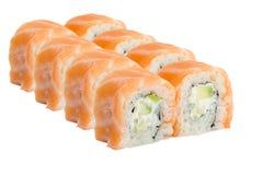 Rollo de sushi con los salmones aislados en el fondo blanco Imagen de archivo libre de regalías
