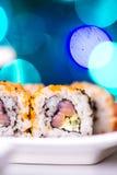 Rollo de sushi con los salmones, el wasabi y el jengibre Fotos de archivo