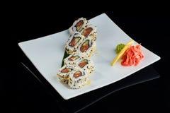 Rollo de sushi con los salmones picantes Imagenes de archivo