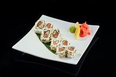 Rollo de sushi con los salmones picantes Fotografía de archivo