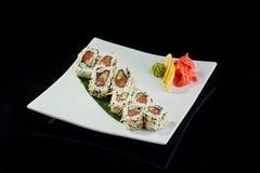 Rollo de sushi con los salmones picantes Imagen de archivo