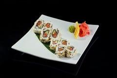 Rollo de sushi con los salmones picantes Imágenes de archivo libres de regalías