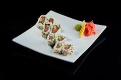 Rollo de sushi con los salmones y el aguacate frescos Fotografía de archivo libre de regalías