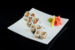 Rollo de sushi con los salmones y el aguacate frescos Imagenes de archivo
