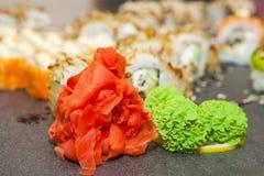 Rollo de sushi con los salmones y el camarón Fotos de archivo