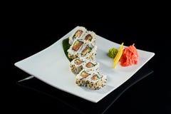 Rollo de sushi con los salmones y el pepino frescos Imagen de archivo libre de regalías