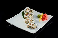 Rollo de sushi con los salmones y el pepino frescos Imágenes de archivo libres de regalías