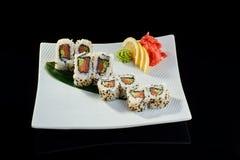 Rollo de sushi con los salmones y el pepino frescos Imagenes de archivo