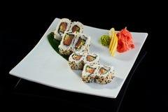 Rollo de sushi con los salmones y el pepino frescos Fotografía de archivo libre de regalías