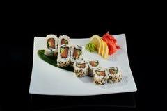 Rollo de sushi con los salmones y el pepino frescos Imagen de archivo