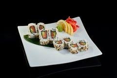 Rollo de sushi con los salmones y el pepino frescos Fotos de archivo libres de regalías