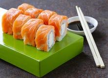 Rollo de sushi con los salmones y el queso de Philadelphia Imágenes de archivo libres de regalías