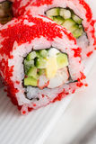 Rollo de sushi con tobiko rojo Imagenes de archivo