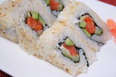 Rollo de sushi cortado en la placa Imagen de archivo