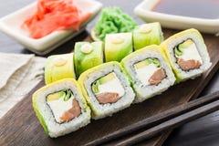 Rollo de sushi cubierto con el aguacate Fotografía de archivo libre de regalías