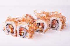 Rollo de sushi de color salmón en escamas del atún Fotos de archivo libres de regalías