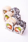 Rollo de sushi de color salmón en semillas de sésamo Foto de archivo libre de regalías