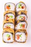 Rollo de sushi de color salmón frito Fotos de archivo