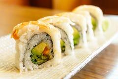 Rollo de sushi de la gamba Foto de archivo libre de regalías