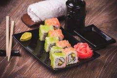 Rollo de sushi de la gamba y de los salmones Imagenes de archivo