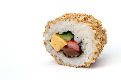Rollo de sushi de Sesami en el blanco fotos de archivo libres de regalías