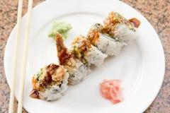 Rollo de sushi del aguacate del Tempura del camarón Fotos de archivo libres de regalías